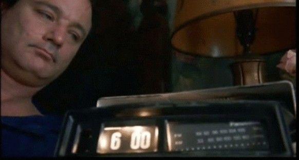 """Frustrado com seu emprego de meteorologista, Phil Connors (Bill Murray) vai a uma pequena cidade americana para cobrir o especial sobre o """"Dia da Marmota"""". Phil já não consegue disfarçar seu desapontamento, por ser seu quarto ano consecutivo cobrindo a matéria. E para complicar sua vida, Phil fica preso no tempo, acordando sempre no mesmo dia."""
