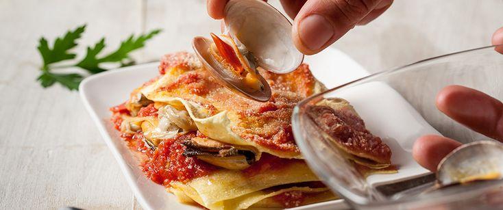 Una ricetta imperiale: le lasagne estive si riempiono di frutti di mare: telline, cozze e vongole. Provate questo piatto e fateci sapere!