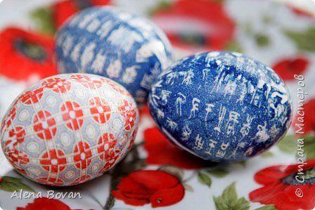 Здравствуйте! В этом году попробовала красить яйца галстуком, получилось только с 4-го раза, в процессе расскажу о своих ошибках... Для работы нам понадобится : - яйца белые,  - спирт, - уксус, - масло подсолнечное, - шелковые галстуки, - старый чулок,  - нитки.    фото 21