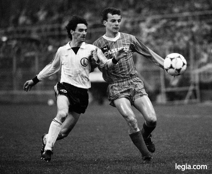 Fot. EUGENIUSZ WARMIŃSKI  Druga połowa lat 80. Legia - Górnik Zabrze. O piłkę walczą Leszek Pisz i Jacek Grembocki.