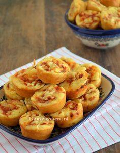 Deze mini pizza muffins zijn echt de ideale snack voor op verjaardagen. Naast dat je met dit recept een flinke schaal met de muffins kunt vullen, kun je ze ook nog eens prima van te voren maken. bak z