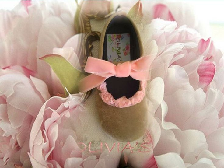 Merceditas de terciopelo taupe con lazo de terciopelo y florecitas rosas