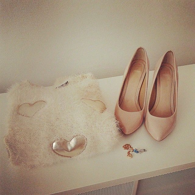 Cute #jewellery #sweater and #hoghheels  #elikshoe #ewelina_bednarz #kolekcjonerka_butow #shoes #buty #stilettos #wardrobe