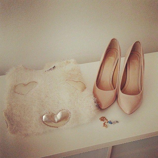 Cute #jewellery #sweater and #hoghheels  #elikshoe #ewelina_bednarz #kolekcjonerka_butow #shoes #buty #stilettos #wardrobe
