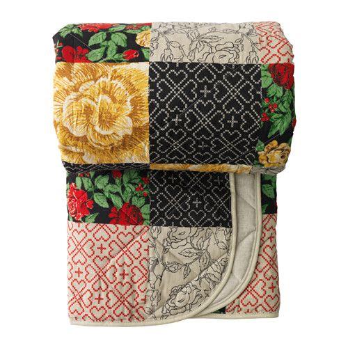 IKEA - RYSSBY 2014, Päiväpeitto, Pakkaus toimii myös säilytyslaukkuna, mikä helpottaa tuotteen kuljettamista ja säilyttämistä.Peiton toinen puoli on yksivärinen, toinen kuvioitu, minkä ansiosta makuuhuoneen ilmettä on helppo muuttaa peittoa kääntämällä.
