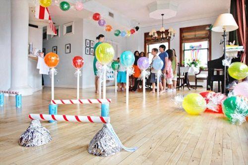 Fiesta decorada con caramelos y chupachups hechos con globos.