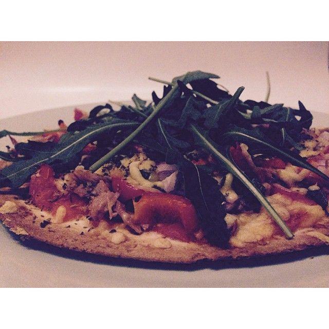 HEALTHY & QUICK PIZZA // A quick & healthy pizza it is! Recept: neem een volkoren wrap voor de bodem, pureer tomaten met cayennepeper voor de saus en beleg met je favo - healthy - toppings. Ik koos voor tonijn, rode ui, kappertjes, paprika, beetje kaas en rucola. 10 minuutjes in de oven en smullen  #ilovehealth #goodfood #pizza #health