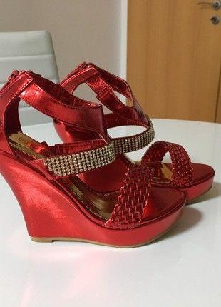 Krásné lesklé červené sandálky na klínu
