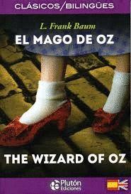 """""""El mago de Oz = The wizard of Oz"""" L. Frank Baum.  Una joven estadounidense es arrastrada por un tornado en el estado de Kansas y dejada en una fantástica tierra donde habitan brujas buenas y malas, un espantapájaros que habla, un león cobarde, un hombre de hojalata y otros seres extraordinarios. Edición bilingüe en español e inglés."""