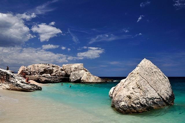 Nie znam piekniejszego miejsca na lezenie bykiem na plazy niz Cala Mariolu na Sardynii