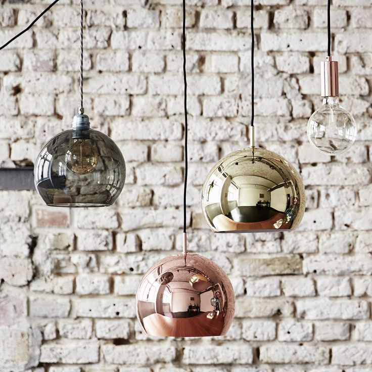 Unsere Hängelampe Koge Ball bezaubert durch edles Design in strahlenden Farben und Nuancen. Aus 100% Edelstahl verarbeitet, streut die runde und in der Höhe verstellbare Hängelampe warmes Licht in Ihren Räumen. Ein schwarzes Kabel verleiht zusätzliche Eleganz.