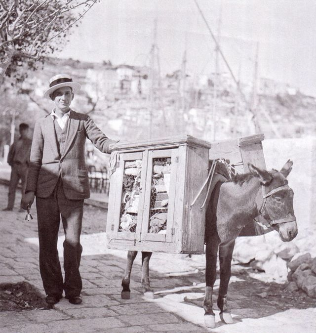 Πλανόδιος ψιλικατζής. Πειραιάς, 1950 περ. street seller Peraeus 1960