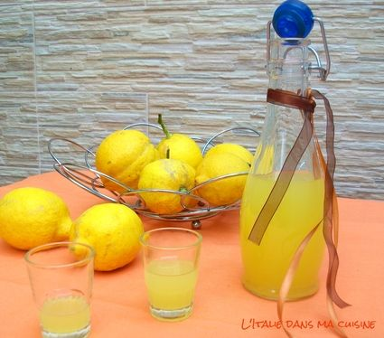 LIMONCELLO (Pour 2 litres : 1 litre d'alcool pour liqueur à 95°, 1 litre + 100 g d'eau, 600 g de sucre, 10 citrons biologiques) MACERATION : 10 jours - REPOS : 7 jours