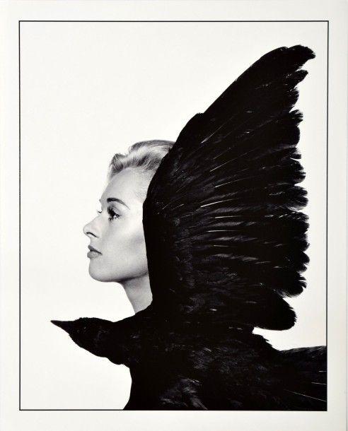 LES OISEAUX - THE BIRDS  «Tippi Hedren w/bird» pour le film d'Alfred Hitchcock…