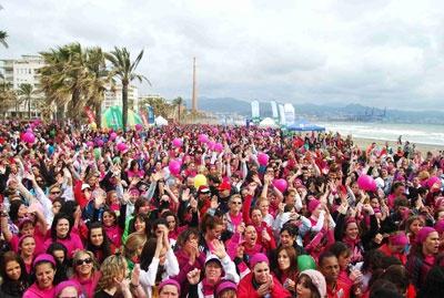 Carrera de la Mujer de Málaga 2012. Todas las corredoras donan 1 euro del importe de su inscripción a la Asociación Española contra el Cáncer.