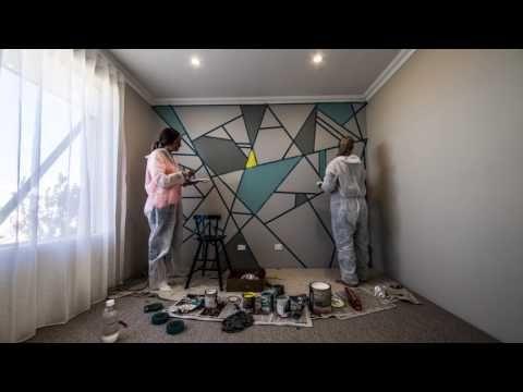 Эти женщины покрыли стены клейкой лентой. Как только они закончили покраску я раскрыл рот от удивления!