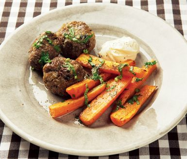 Ett matigt recept på smakrika marockanska färsbullar. Du gör färsbiffarna av bland annat russin, lök, persilja, vitlök, crème fraiche och nöt- eller lammfärs. Servera bullarna med mjuka, kokta morötter!