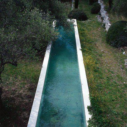 Une piscine réalisée dans un ruban de béton