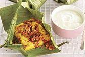 Carne de res con pan de maíz en hojas de platano.