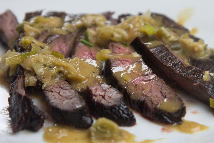 Ένα σπάνιο και πολύ νόστιμο κομμάτι κρέατος ψημένο με μια απλή σάλτσα μουστάρδας