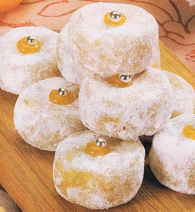 Ingredientes: 200 grs de açúcar; 200 grs de amêndoa triturada sem pele; 1 clara; 100 grs de doce de ovos (ver receita); açúcar em pó...