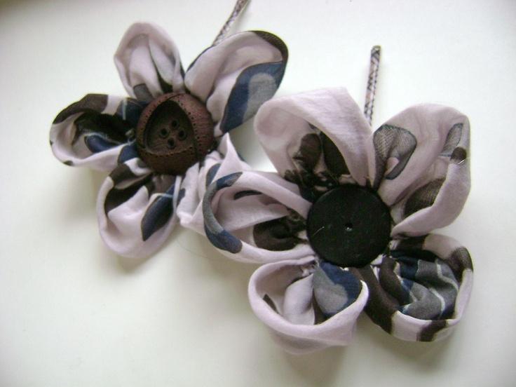Pin cheveux, fleur avec bouton vintage et voile de coton fantaisie fond rose et brun, longue pince a petits carreaux rose et beige.  La fleur peut-etr