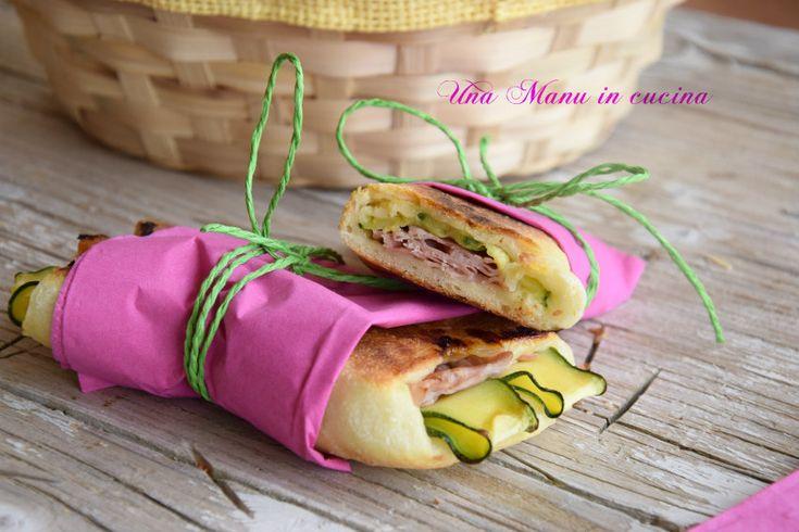 Maggio, scampagnate e picnic! Ecco un'idea carina da mettere nel nostro cestino: le schiacciatine con prosciutto e zucchine! Semplicissime da fare, potete impastare la sera prima e cuocere la mattina mentre vi preparate! ;)