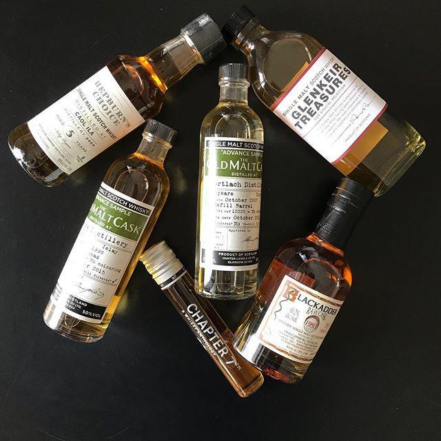 Viskisini kendi üretmeyen üretilmiş bir viskiyi fıçılı veya fıçısız olarak satın aldıktan sonra kendi marka ve etiketiyle şişeleyip satan firmalara bağımsız şişeleyici adı veriliyor #viskibilgileri Gordon & MacPhail Compass Box Wemyss Murray MacDavid ve Chapter 7 gibi firmalar sürekli yeni ekspresyonlar sunuyolar ve sektörde çeşitliliği artırıyorlarBağımsız şişeleyicilerle ilgili ayrıntılı makalem sitede link profilimde @chapter7whisky @gordonandmacphail @compassboxwhiskyco @wemyssmalts…