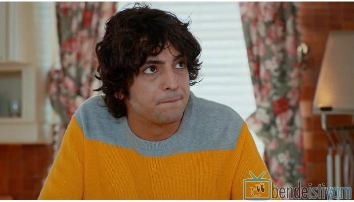 Star TV yayınlanan Medcezir dizisinde  Mert Serez  karakterini canlandıran Taner Ölmez'in,67.  bölümünde giydiği gri lacivert sarı kazak