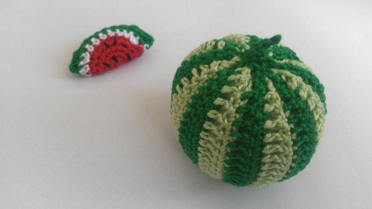 Vodní meloun Háčkované ovoce - vodní meloun (výška 5 cm). Napříkladpro malé pomocnice maminek v kuchyni. Může sloužit jakopomůcka k učení barev, cvičení jemné motoriky,počítání, rozpoznávání druhů ovoce atd. Uvedená cena je za 1 kus. Na požádání udělámoko pro zavěšení. Děkuji, že nekopírujete mé nápady:)
