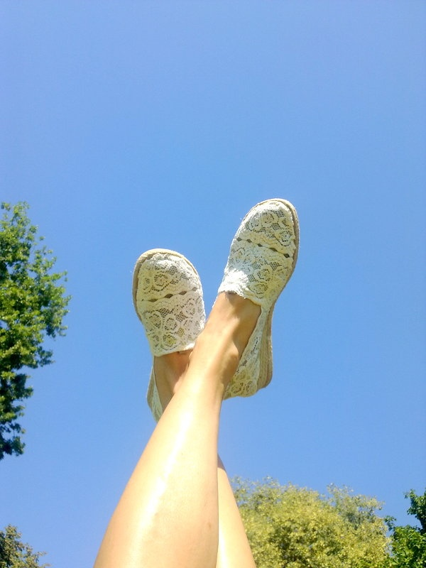 The Mora Smoothie.... with green eyes: Here 's outfit with lace espadrillas inspired by Valentino
