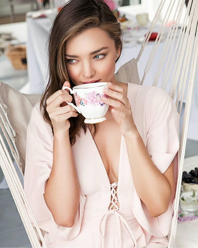 Afternoon tea never looked so good with #mirandakerrforroyalalbert @royalalbertaus #mirandakerr #afternoontea #hightea #teaparty #cupandsaucer #pok #petersofkensington