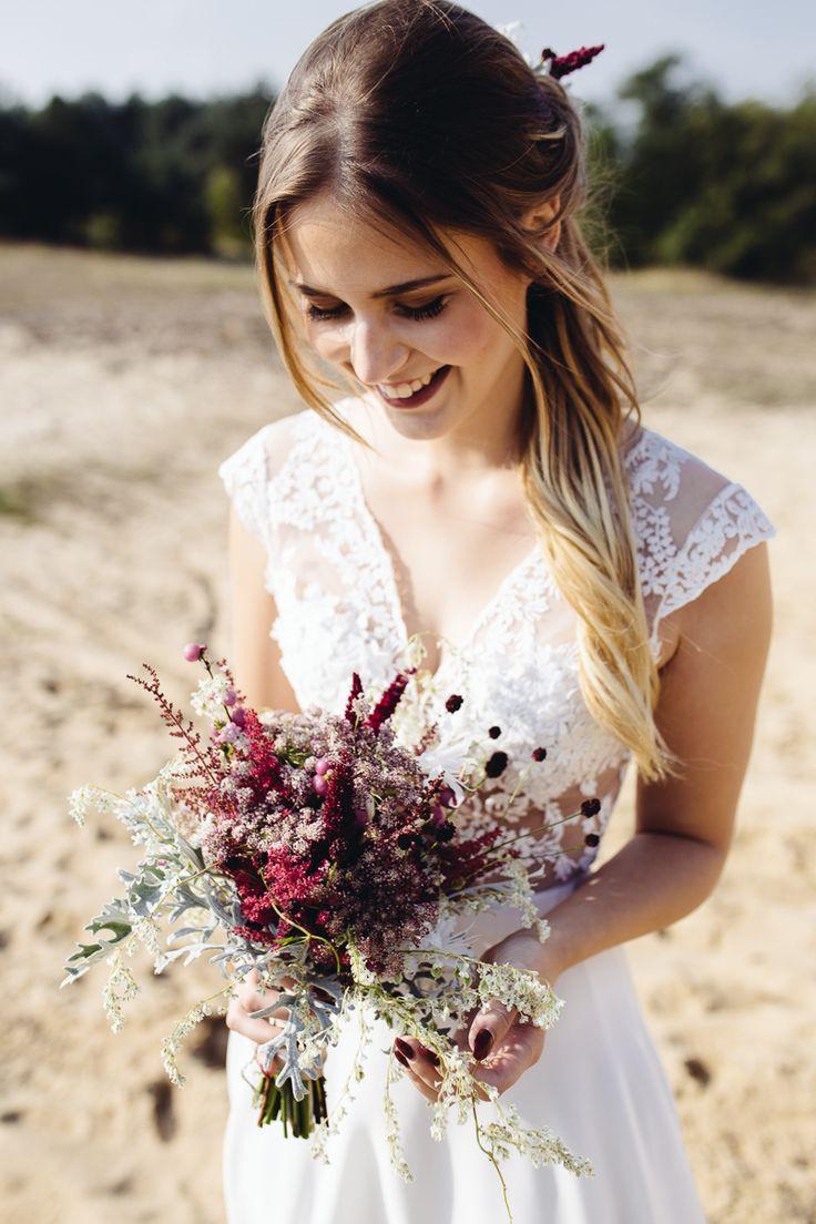 Herbstliche Bohemian Brautmode Bilder: Manuela Clemens Haare und Make up: Rouge Rosé Brautkleid: Qaragma Blumen: Floral Artist Model: Lisa Brehmer