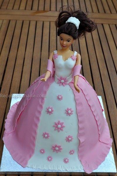 Un gâteau d'anniversaire princesse que j'ai réalisé il y'a 3 jours pour une belle petite princesse, il s'agit de la copine de mon fils, Lena qui a eu 4 ans Le gâteau est simple, un gâteau au yaourt embelli grâce au moule princesse 3D (clic) , et décoré...