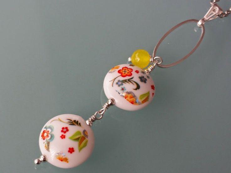 Malowany - Nowość!  Oryginalny wisior z dwóch ceramicznych, pięknie zdobionych donatów oraz ślicznego żółtego jadeitu na ozdobnej owalnej obręczy oraz srebrnej krawatce. Łańcuszek dodatkowo ozdobiony delikatną zawieszką z motylem.