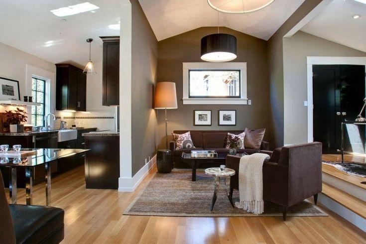 salón muy pequeño y pared de color marrón