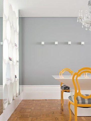 """""""Mais que arremate, ele aqui é elemento decorativo"""", diz a arquiteta Fernanda Dabbur, de São Paulo. O rodapé desenhado por ela exibe, além de 55 cm de altura, frisos em diferentes posições. """"Fiz uma releitura das boiseries clássicas e consegui esta atmosfera vintage"""", conta. A guarnição de MDF esmaltado (execução de Denilson Nioch) contrasta com o cinza da parede (Suvinil J158) e os tacos de perobinha originais do imóvel."""
