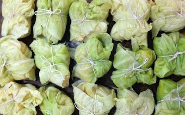 antipasto verde: pacchetti di verza INGREDIENTI:  polpa di zucca 500 gr scalogno 80 gr senape forte 40 gr amaretti secchi 15 gr larghe foglie di verza 8 pz olio extravergine di oliva dal fruttato di media intensità sale pepe  #cucina #antipasto #pacchetti