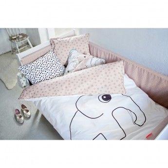 Parure de lit Elphee – Rose – 100x140 cm – Done by Deer  La parure de lit Elphee fera passer à votre enfant une bonne nuit de sommeil. Elle comprend une housse de couette de dimensions 100x140 cm et une taie d'oreiller 40x45 cm fabriqués 100% en coton certifié Oeko-Tex. Cette matière douce et confortable est lavable en machine à 60°. La housse de couette possède deux faces avec motifs différents : sur l'une le décor est à pois rose et l'autre face représente un éléphant.