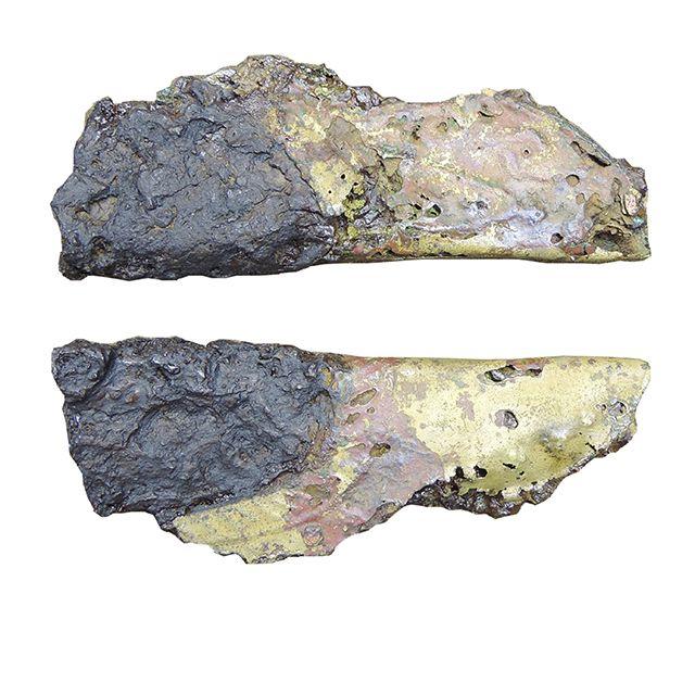 Dziś prezentujemy fragment skórzanej pochewki noża z okuciem z XI-XII w. Został on odkryty na cmentarzysku, na Ostrowie Lednickim. Pochewkę wykonano ze zszytych, odpowiednio dociętych fragmentów skóry bydlęcej. Okucie czubka wykonane zostało z brązowej blaszki, zdobionej metodą puncowania, czyli wybijania wzorów za pomocą metalowego narzędzia - puncy. Pochewki wraz z nożykami były dla wielu naszych przodków nieodłącznym elementem stroju.