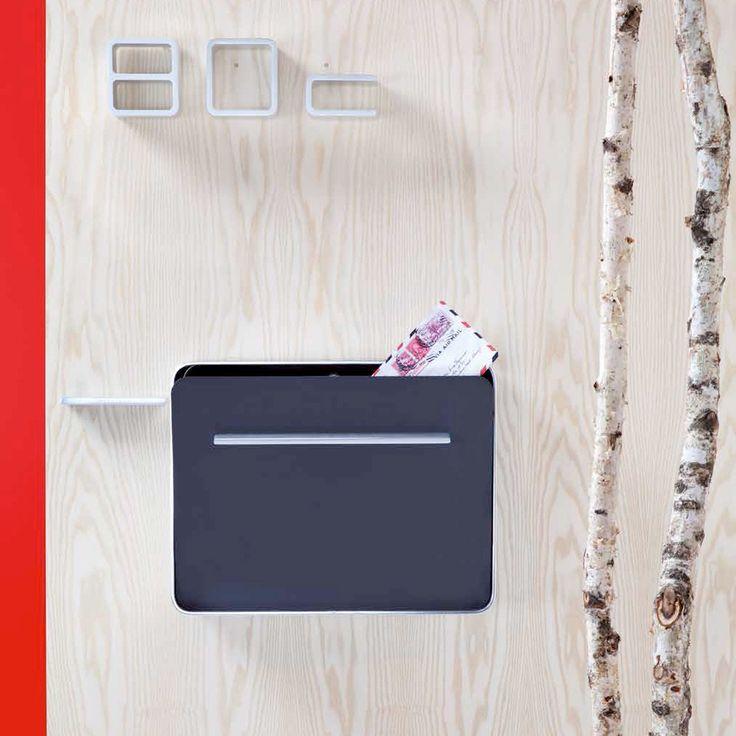 Die Designer Jehs + Laub widmeten der Entrance Hausnummer von Authentics ein besonders signifikantes Design: Die schlanke und moderne Typografie aus Aluminium zeigt einen dreidimensionalen Effekt und ist für Postboten und Besucher schnell zu finden.