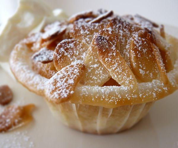 """Recept på Äppelkakor Med Mandelknäck. Enkelt och gott. Det här receptet är en riktig favorit. Saftig äppelkaka i botten med mandelknäck ovanpå och grädde eller vaniljglass till. Vad mer finns att önska? Inget är så gott som nybakt, men kakorna går bra att frysa förutsatt att man väntar med att lägga på mandelknäck. Låt i så fall kakorna tina något i rumstemperatur. Sedan är det bara att koka ihop och knäcksmeten """"gratinera"""" kakorna medan kaffet blir färdigt. När de väl är helt färdiggräddade…"""