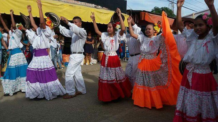 Desfile infantil de aguadoras en Festival nacional del Porro