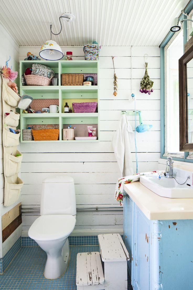 Vessan kaluston voi koota vanhoista tavaroista. Furnish toilet with old objects.| Unelmien Talo&Koti Kuva: Hanne Manelius Toimittaja: Ilona Pietiläinen