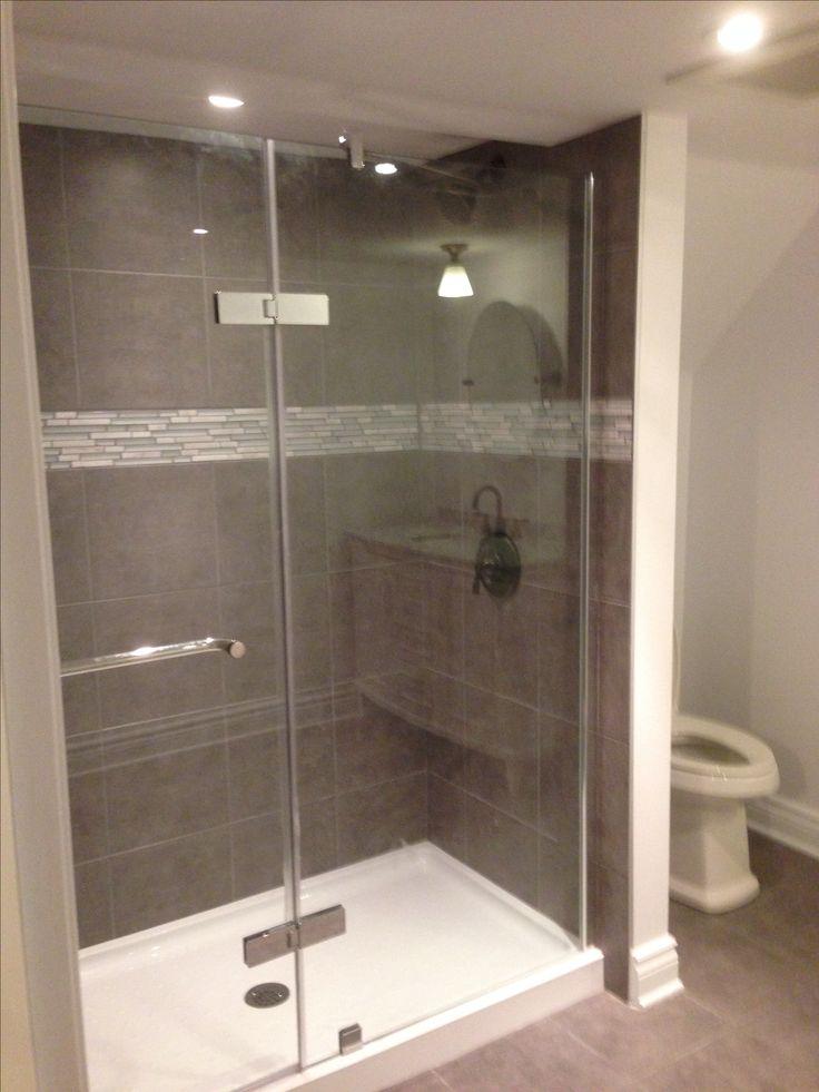Douche vitrée avec murs en céramique // Shower with glass panels and ceramic tiles -- #bathroom #renovation #shower