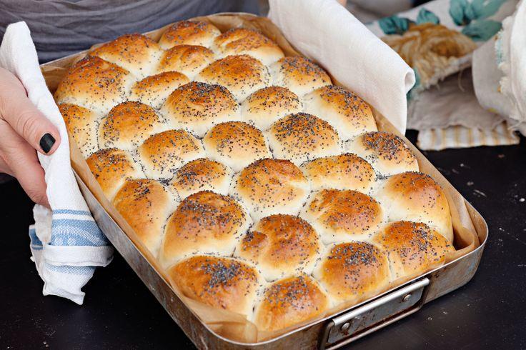 Ett riktigt lyxigt och väldigt saftigt, vitt bröd som gör vilken frukost eller sopplunch som helst komplett. Bullarna jäser ihop i en långpanna och blir ett enda stort, härligt bröd.