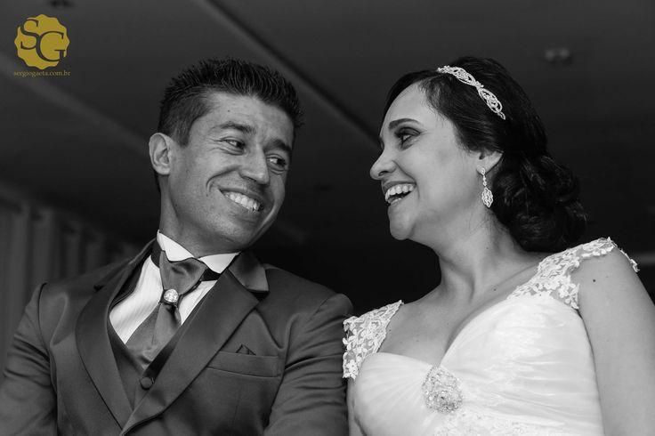 E ali fiquei esperando... na esperança que esse olhar se repetisse e eu pudesse eternizá-lo...  #bride #groom #noiva #noivo #olhar #look #casamentosp #sp #sergiogaeta #fotojornalista #fotojornalismo #espontanea #pb #wedding #brazil #photojournalism #smile #love #sorriso #happyend