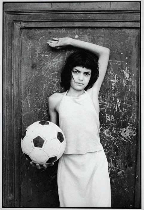 Letizia Battaglia, Young girl with soccer ball in the neighborhood where drugs are sold, 1982
