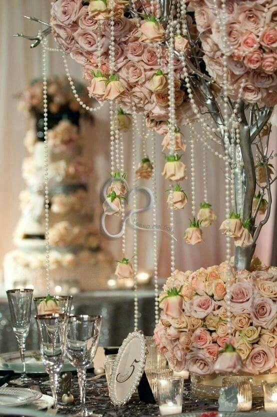 Eleganti cascate di perle, sofisticati dettagli d'argento, seducente color rosa antico. E' la mise en place vintage