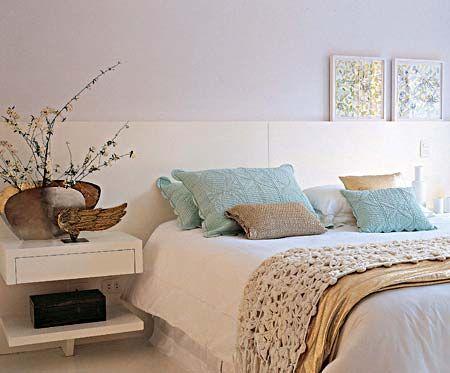 Quarto todo branco, com toques de dourado e de azul claro. Gosto da cabeceira horizontal e do enxoval caprichado. A manta de crochet está linda! Projeto Consuelo Jorge.